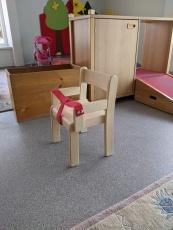 Massivholzkinderstuhl mit Armlehnen und Haltegurt, Buche massiv, Kunststoffgleiter